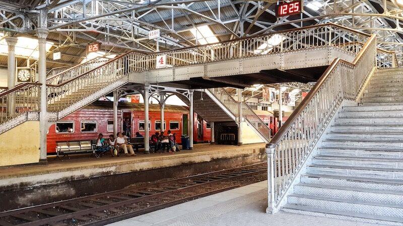 ЖД Вокзал в Коломбо - поезд в Хиккадуву